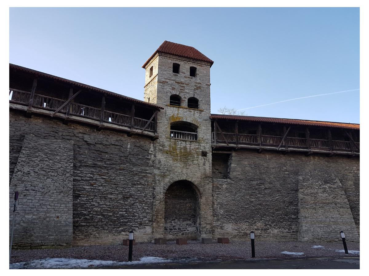 Сохранившийся фрагмент таллинской крепостной стены. Автор фото: Vitali Faktulin.